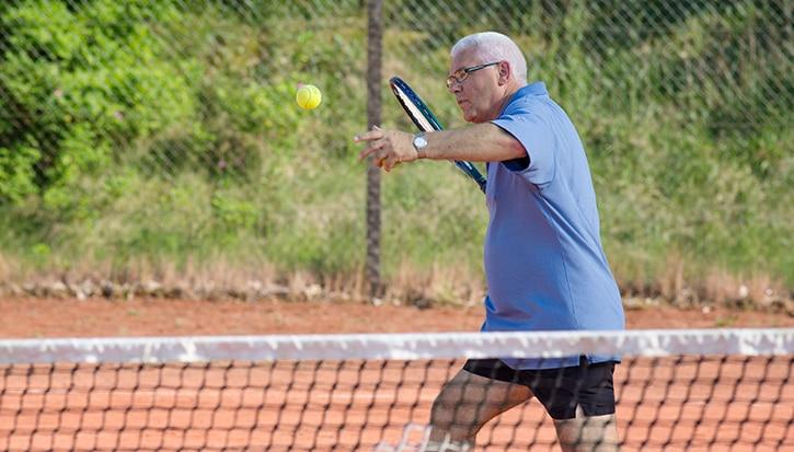 """""""Elämä on paljon helpompaa, kun ei tarvitse kantaa huolta ohivuodoista"""". Henry, 65, ohutsuoliavanne vuodesta 2008"""